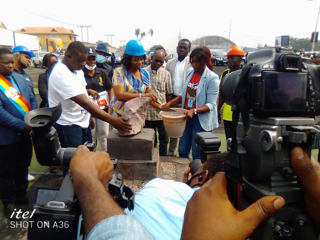RDC : Grâce à Gentiny Ngobila, Yvette Tabu pose la pierre inaugurale du monument à l'honneur de Pascal Tabu Ley et Luambo Franco