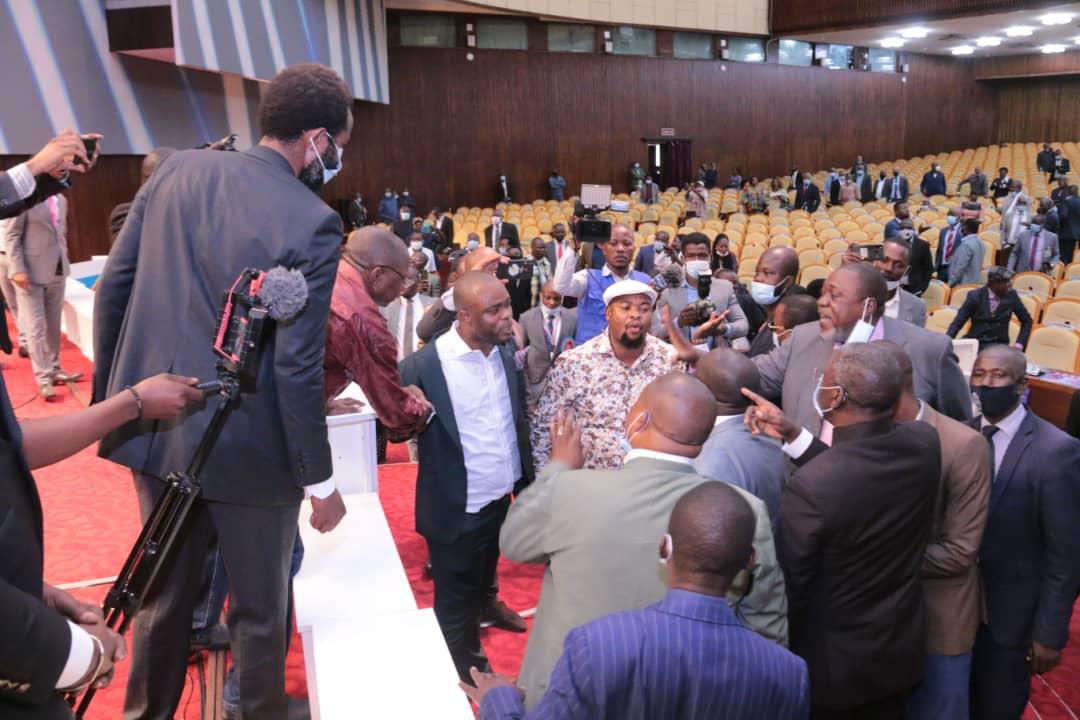 Assemblée nationale : Les députés pétitionnaires en colère sabotent l'estrade et la tribune empêchant ainsi la plénière de siéger