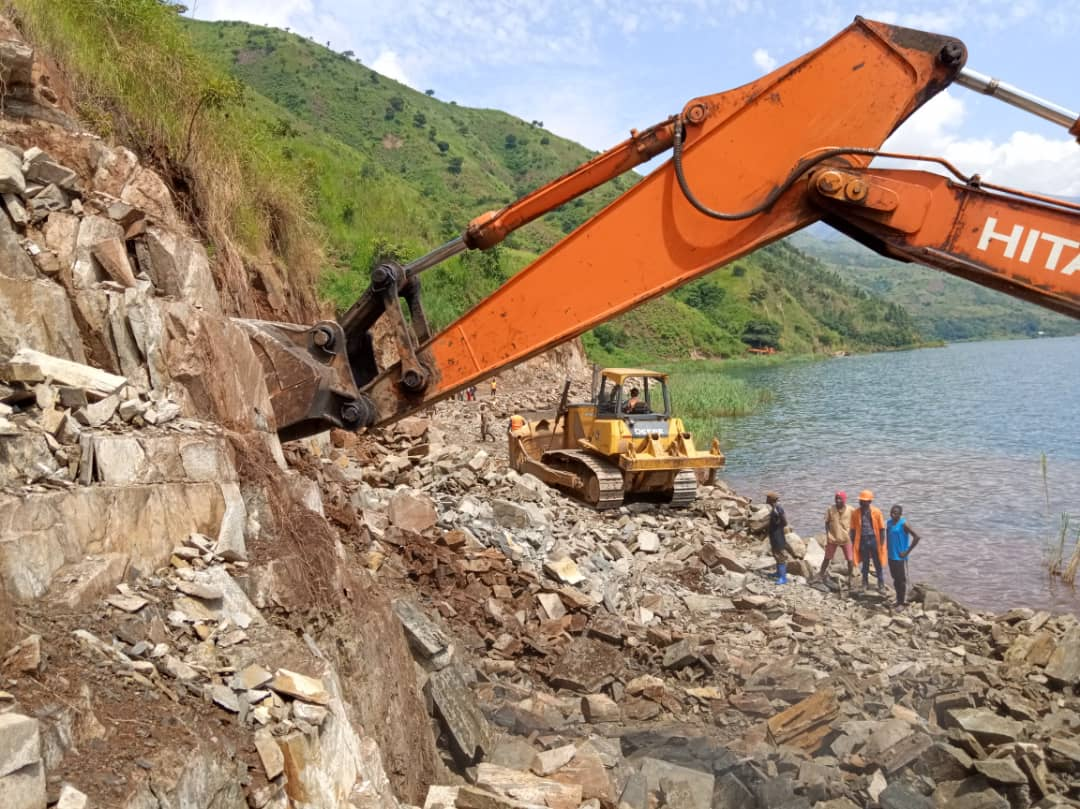 Sud-Kivu : Les travaux de dynamitage sur RN5 avancent bien à Luhanga(Fizi)