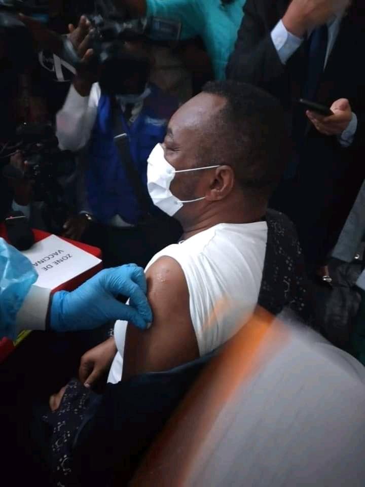 RDC-Covid-19 : Début de la campagne de vaccination, Eteni Longondo se fait vacciner en premier