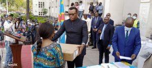RDC : Le VPM Jean Pierre LIHAU modernise l'administration publique, en dotant des kits informatiques aux secrétaires généraux